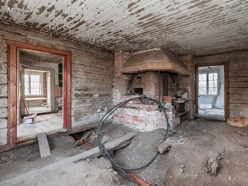 Är det här ditt framtida kök? Den som köper gården får räkna med att renovera från golv till tak innan huset är beboeligt igen.