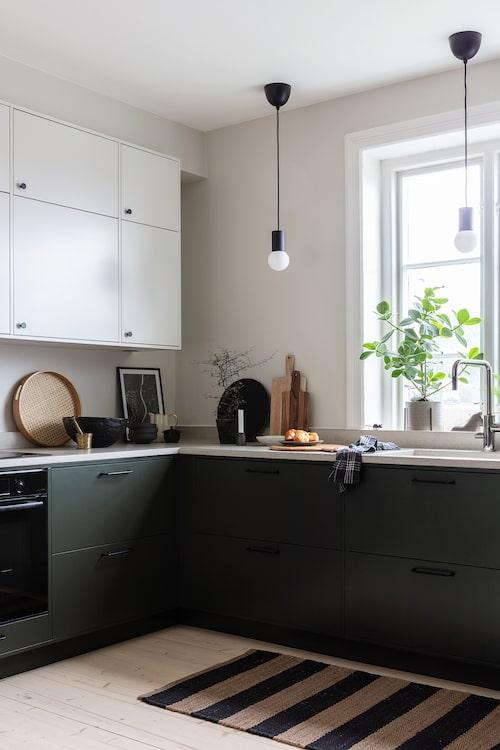 Köket är både rymligt och praktiskt. Dold förvaring ger ett stilrent intryck. Häll och fläkt, Electrolux, ugn, Bosch. Blandare från Tapwell.  Mattan kommer från Ellos och lamporna från Ikea.