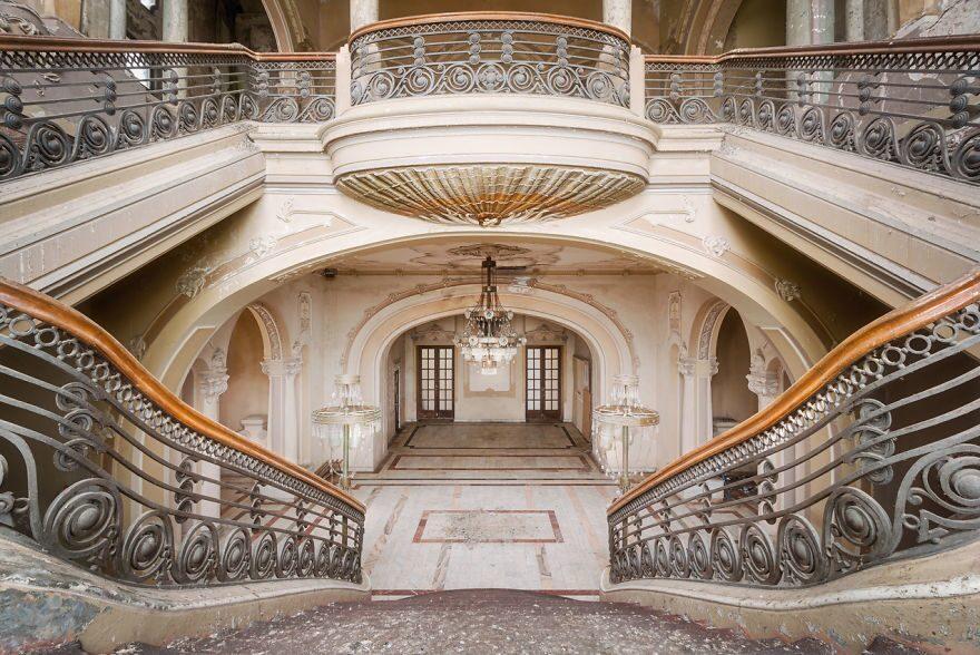"""""""En gång var det här en av de pampigaste byggnaderna i Rumänien, men sedan 1990 har den varit övergiven och sakta men säkert har den förfallit"""" berättar fotografen på sin instagram."""