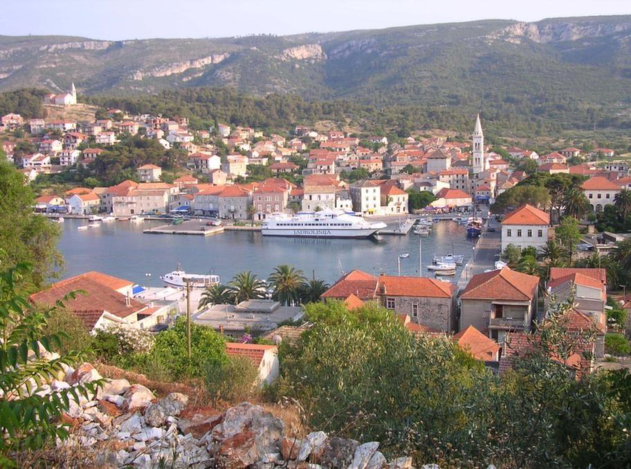 Båtar ligger förtöjda i hamnen i Hvar stad.  Åker man inte på  kryssning kan man i stället båtluffa med Jadrolinija som går i linjetrafik längs hela Kroatiens kust.