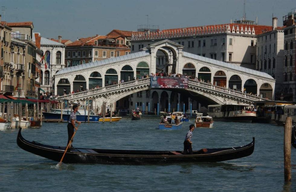 Venedig. En kanaltur med en gondol kan kännas som ett måste när du är i Venedig – men det kan vara ruskigt dyrt och det finns billigare kanalbåtar!