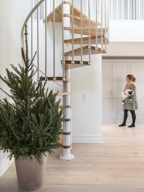 Spiraltrappan från Fontanot förbinder under- och övervåningen med varandra. Golven i huset kommer från Vättlefjäll.