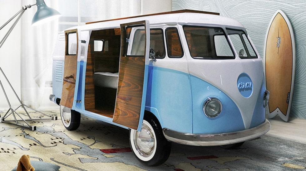 Minibussen som är tillverkad i glasfiber har en inbyggd säng, tv, förvaringsmöjligheter samt en minibar(!).