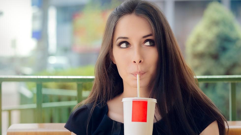 Älskar du light-läsk? Ny forskning kopplar nu samman artificiellt sötade drycker med en kraftigt förhöjd risk för både stroke och demens.