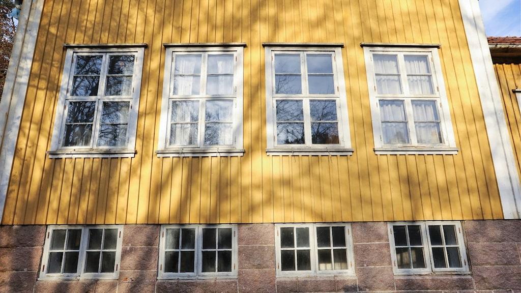 Huset har vackra gamla fönster.