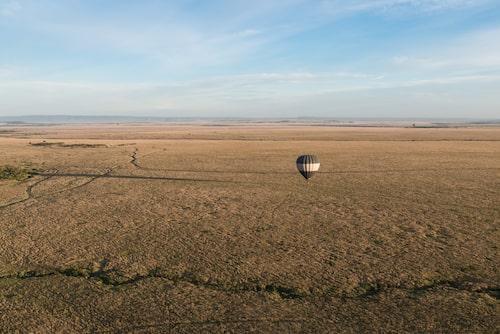 Att flyga ballong i gryningen över savannen är en av Masai Maras höjdpunkter.