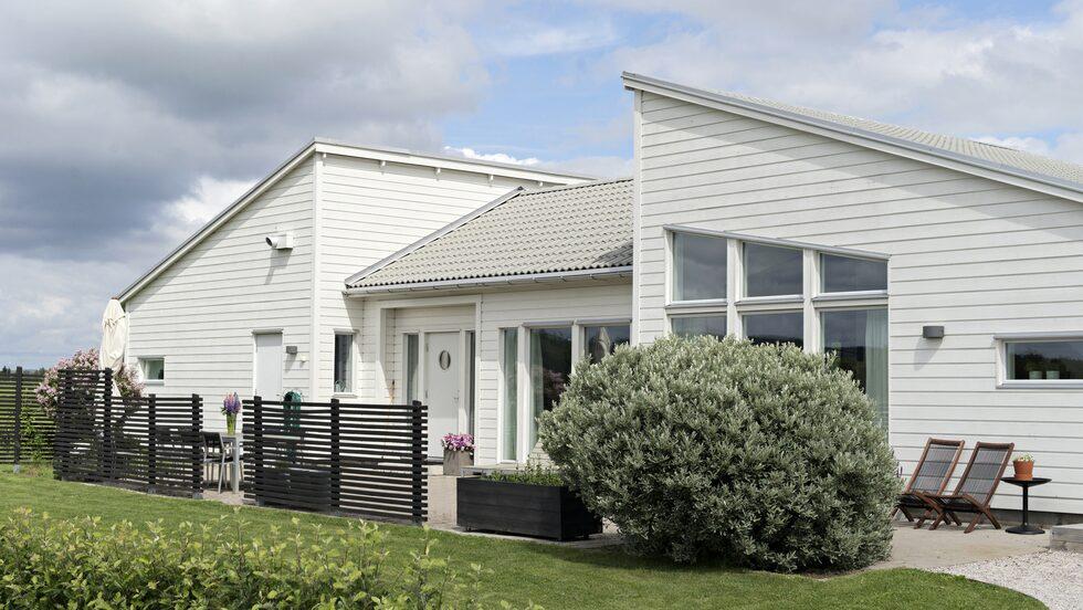 Huset är ett Trivselhus som Kristiina ritade om planlösningen på och spegelvände så att det skulle passa bättre på tomten och ta vara på utsikten över landskapet på bästa sätt.