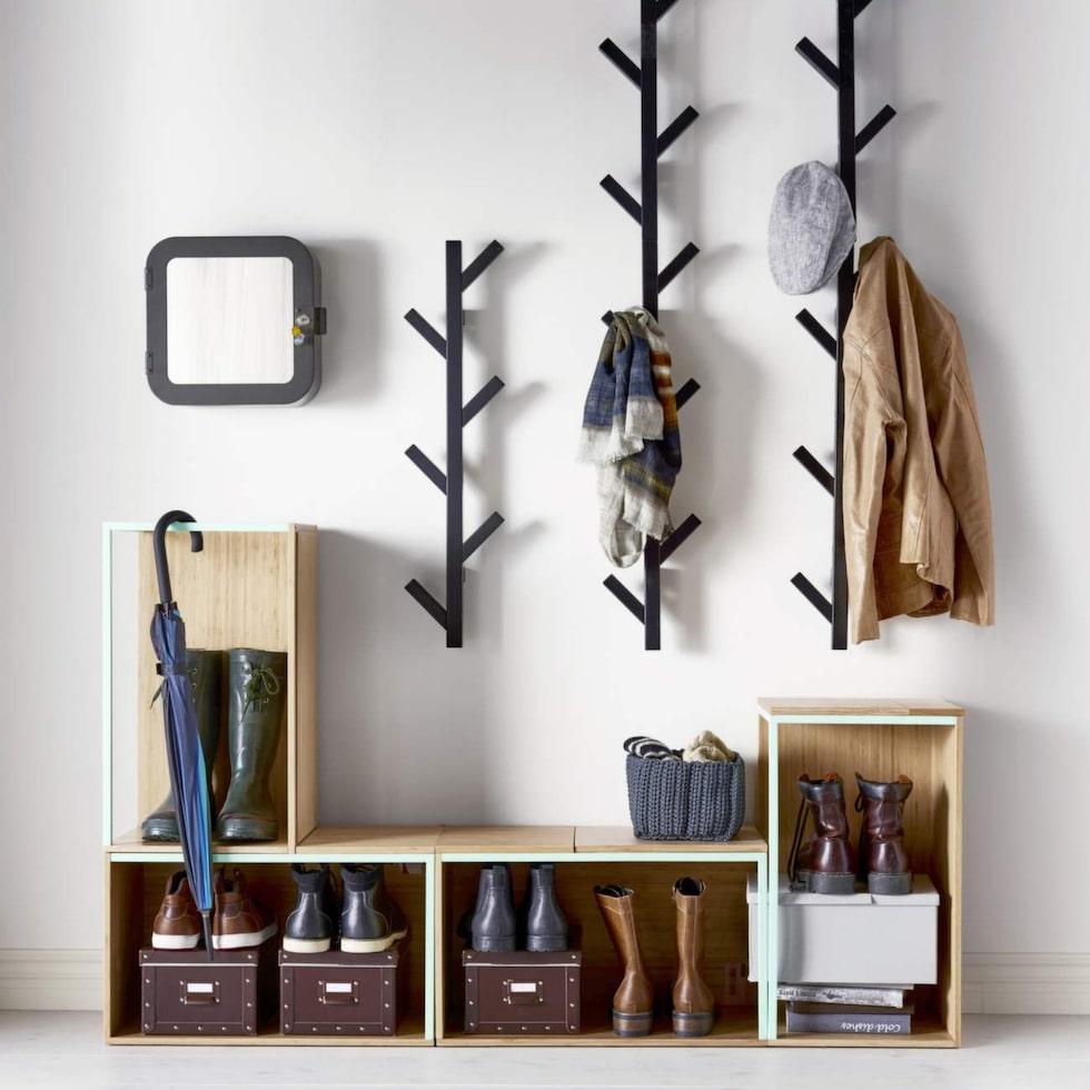 Elegant i sin enkelhet, modern naturstil med knorr. Klädhängare Tjusig av svartlackat trä, 78 cm hög. 99 kronor styck.