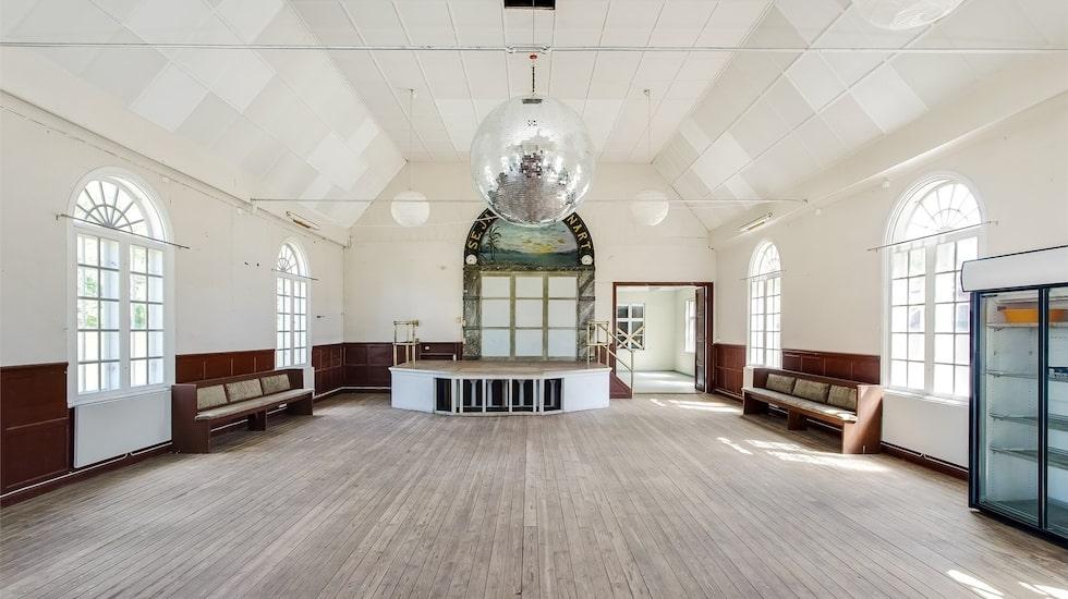 Den gigantiska discokulan i taket vittnar om att det hållits fester här de senaste åren.