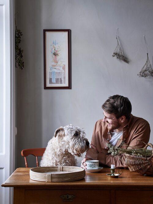 Platsen intill fönstret har ett mycket vackert ljus. Här vid det antika skrivbordet fotas många av Hannes bilder. I framtiden hoppas Hannes kunna bo på landet och ha en riktig fotoateljé i ett uthus.
