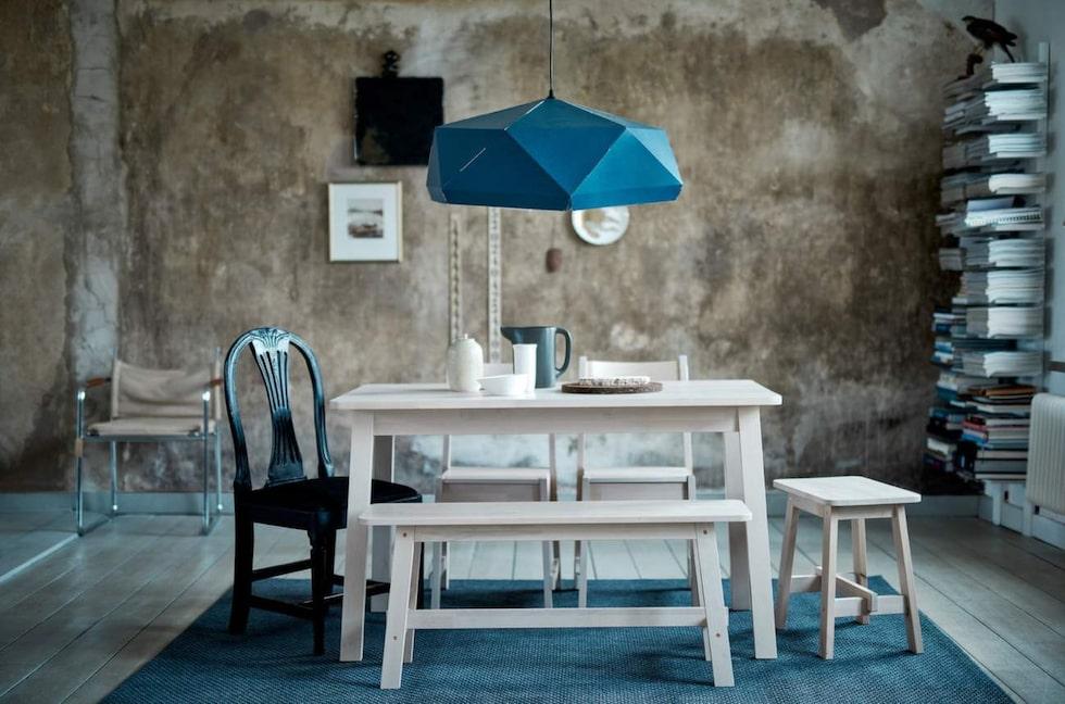Trendig värre är taklampan Joxtorp. Kaxig i formen och storleken. Mörkblå taklampskärm, 82 centimeter i diameter, 49 kronor, Ikea.