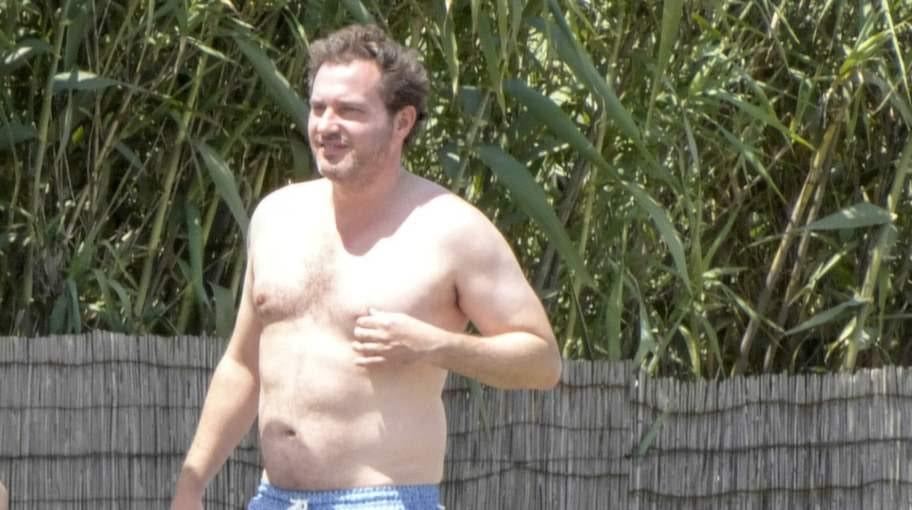 Badpojke. Chris solar och badar i villans pool.