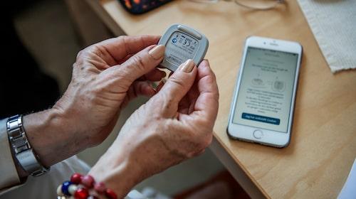 EKG:t analyseras direkt av monitorn och visas i en app i mobilen.