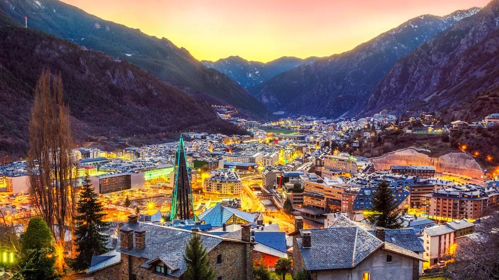 Andorra ligger i bergskedjan Pyrenéerna, på gränsen mellan Frankrike och Spanien.