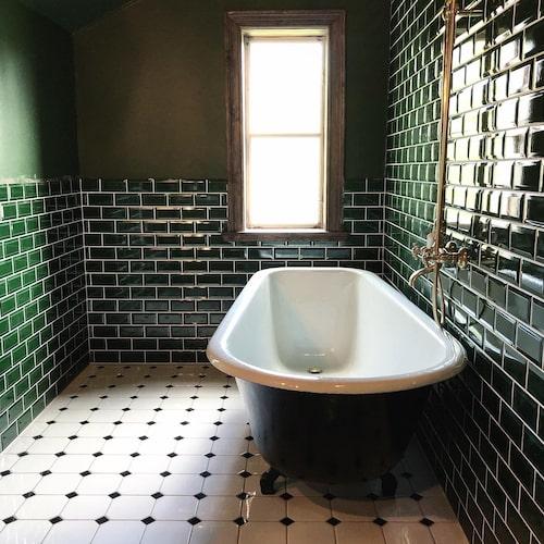 """Så här fint blev det efter. Rosten och beläggningarna i badkaret gick inte att få bort. I stället fick de hjälp att lackera om badkaret med en tvåkomponentslack. """"Vi tyckte det blev jättebra. Det är inte lika tåligt som emalj, men man får väl vara lite försiktig"""", säger Emilia."""