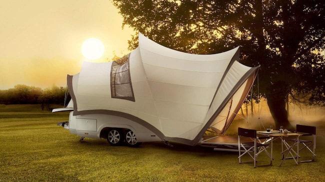 En liten täckt släpvagn förvandlas till campingens lyxigaste tält. Opera från Rob Vos Design har alla bekvämligheter; värme, kylskåp, toalett och kök.