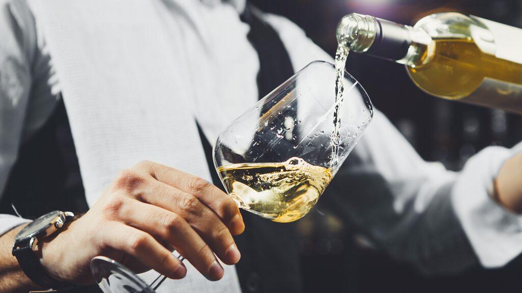 Experten tipsar om riktigt prisvärt vitt vin.