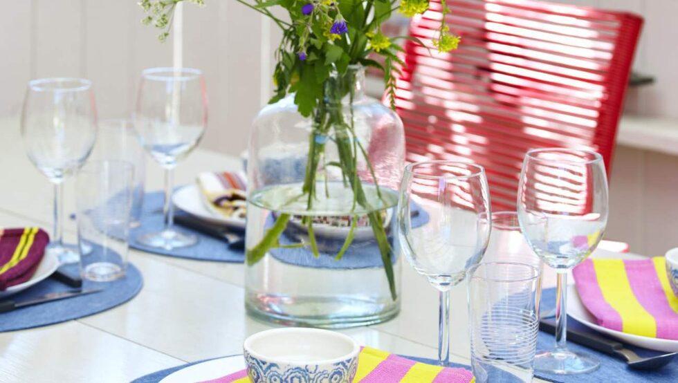 Sommarlunch. Tablett, 95 kronor, mönstrad skål, 65 kronor, båda från Bruka design. Servett, 195 kronor, Afroart. Tallrik, 5 kronor styck, vinglas, 7 kronor styck, vattenglas, 49 kronor för två stycken, bestick, 49 kronor för 16 delar, allt från Ikea. Vas, 149 kronor, Lagerhaus.