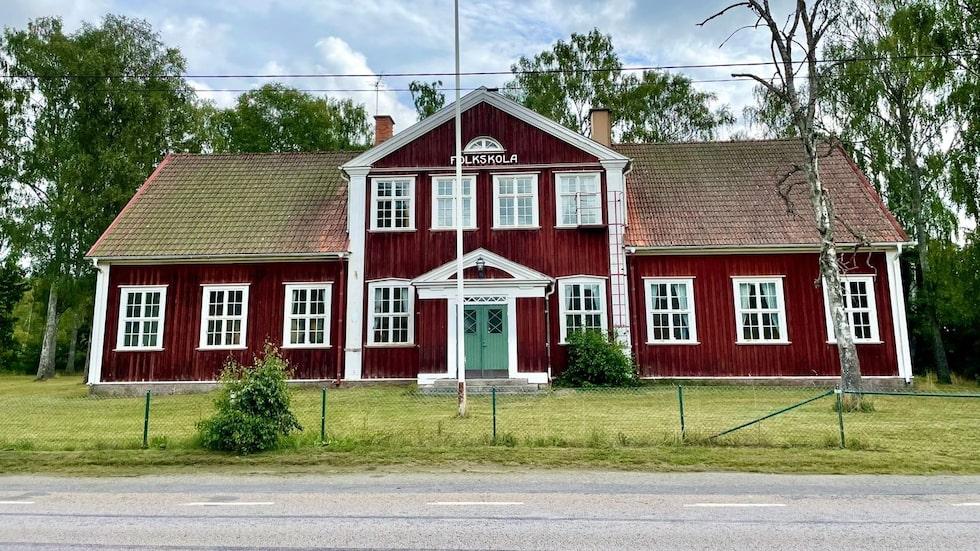 Den gamla folkskolan i Möljeryd är till salu efter att ha stått tom i några år.