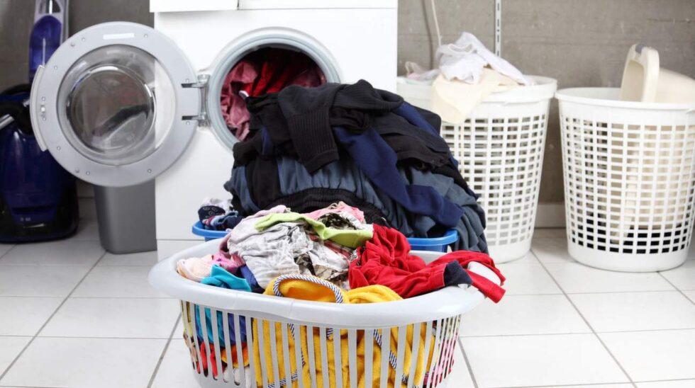 Slipp göra allt jobb själv. Ge alla barn en korg i var sin färg och som får bli deras egen. Där stoppar du sedan deras tvättade kläder som de får sortera och lägga in i garderoben själva.