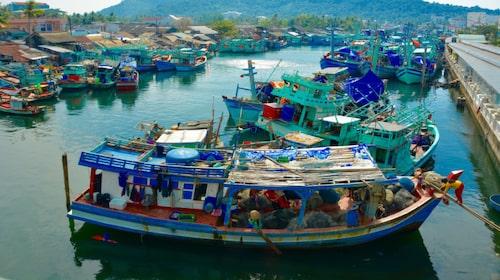 Duong Dong är en mysig hamnstad med en häftig nattmarknad och färgglada båtar som trängs i hamnen.