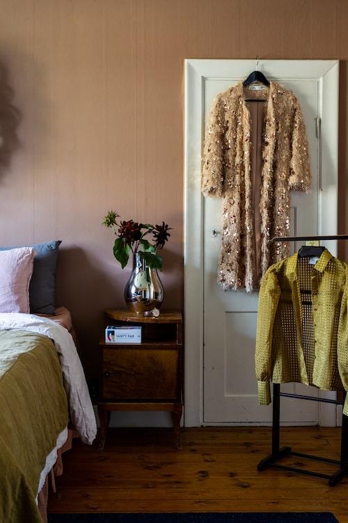 """Parets sovrum går i rosa toner där väggarna är målade med """"Savanna Sunset"""" från Jotun. Sängborden stod i huset när paret flyttade in."""
