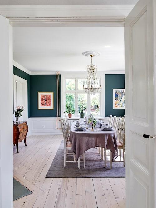 Alla möbler i matsalen är begagnade. Stolar och bord, Blocket. Byrå och kristallkrona från en antikaffär i Vimmerby. Spegeln köpt på auktion. Litografier av Madeleine Pyk och Bengt Lindström.