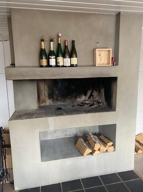 En vinkällare är Jespers nästa hemmaprojekt. Nu står kartonger med vin på köksgolvet intill öppna spisen.