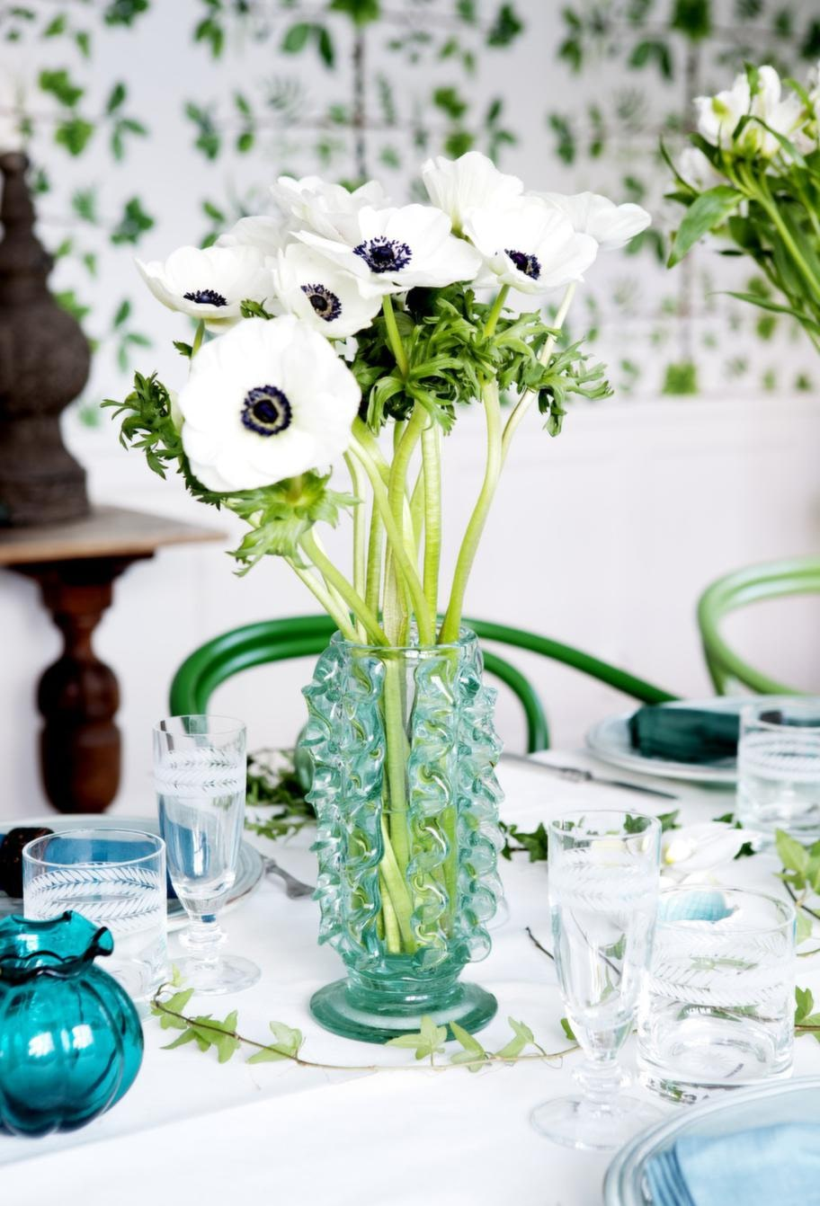 Gröna tonerChampagneglas, 135 kronor, vattenglas, 130 kronor, allt från Hans Mikaels. Gröna vaser, loppisfynd.
