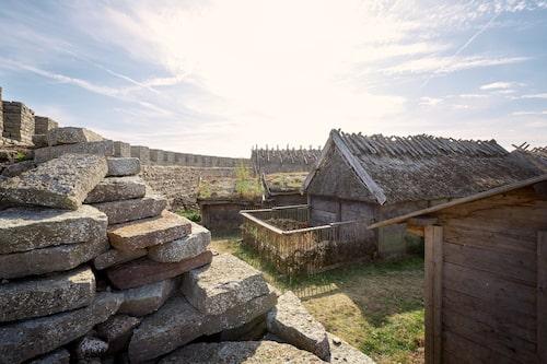 Järnålderskultur à la Eketorps borg är ett spännande besök för stora och små.