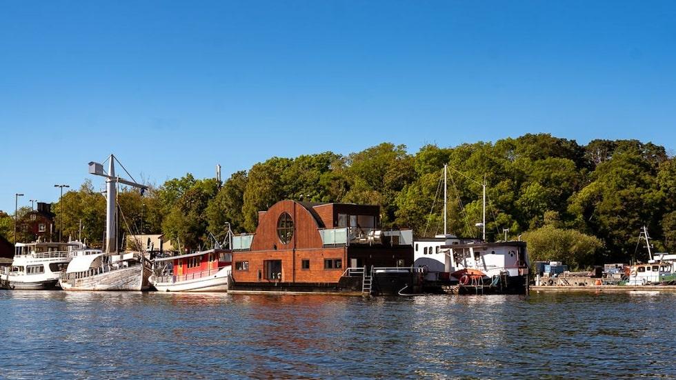 Den lyxiga husbåten ligger vid Långholmen på Södermalm.