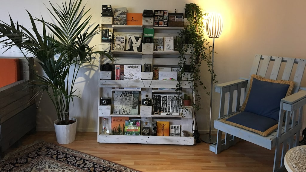 En bokhylla där han har både böcker och sin kamerasamling samt en fåtölj blev det också.