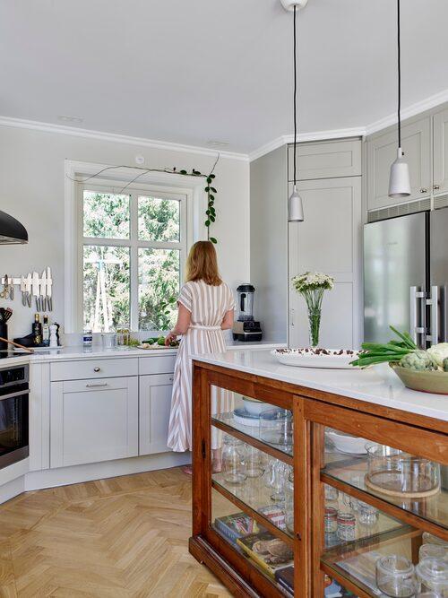 """Christine älskar att stå i köket och se ut genom fönstren. """"Naturen utanför är så vacker"""", säger hon."""