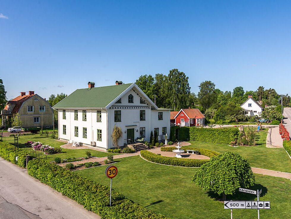 Huset från 1864 är på hela 402 kvadratmeter och i absolut toppskick. Trädgården är stor, lummig och parkliknande med fem uteplatser, fontän och statyer, och härifrån har man gångavstånd till strand och sjö.