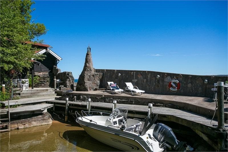 Till huset hör en egen hamn med gästhus, båtplats och eget fiskevatten.