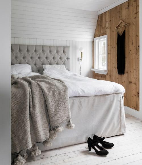 Sovrummet har skalats av, borta är det nyinsatta byggnadsmaterialet och i stället har pärlspontstaket, brädgolvet och träväggarna tagits fram.