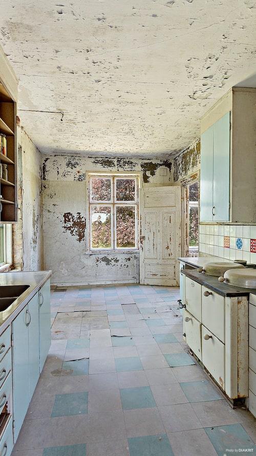 Köket är ett litet arbetskök med en bevarad AGA-spis. Här finns även en trappa ned till källaren.
