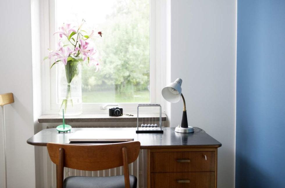Skrivbordet tillverkat för NK second hand. Lampan är ett loppisfynd.