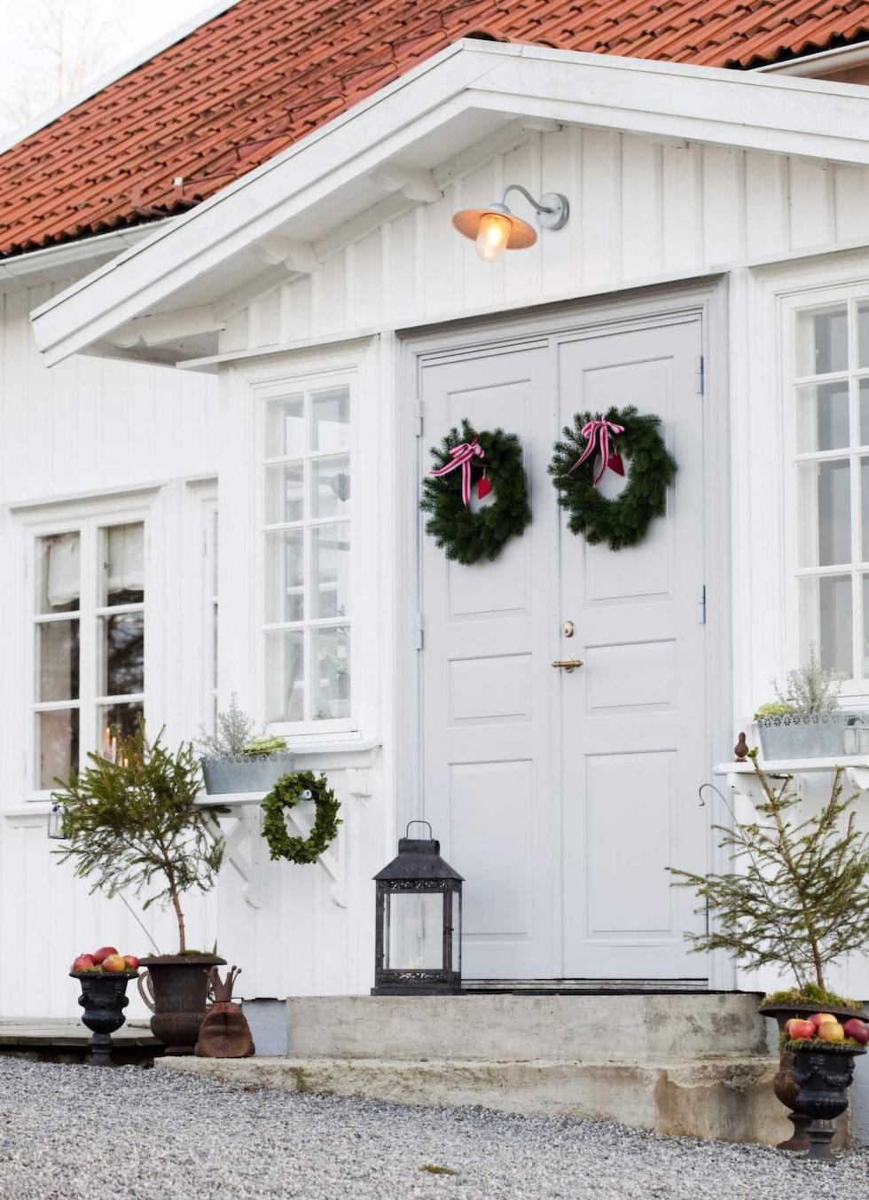 Välkommen jul! Dörren och fönstren är gjorda av Fisketorps snickeri efter gammal modell.