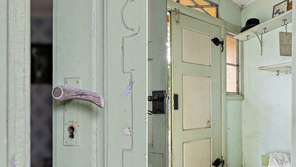 Entrén via verandan leder in till det gamla postkontoret.