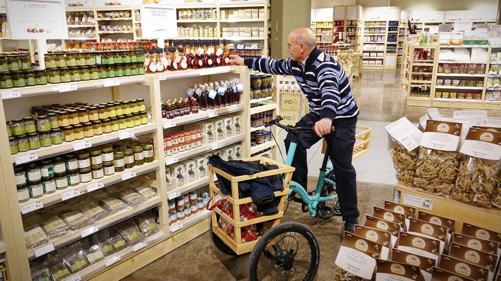 På Eataly World kan man shoppa varor från Italiens alla hörn.