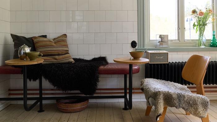 Lite sittplatser i köket. Här finns definitivt känslan av gammalt stationshus. Sittbänken och borden är fastmonterade och ingår därmed i köpet.