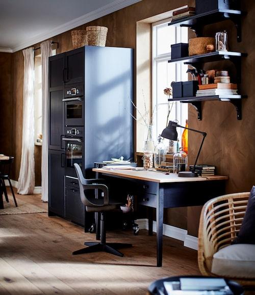 Arbetsplatser i köket har blivit vardag hos många. Här har skrivbordet Arkelstorp tagit plats intill ugnen och mikron.
