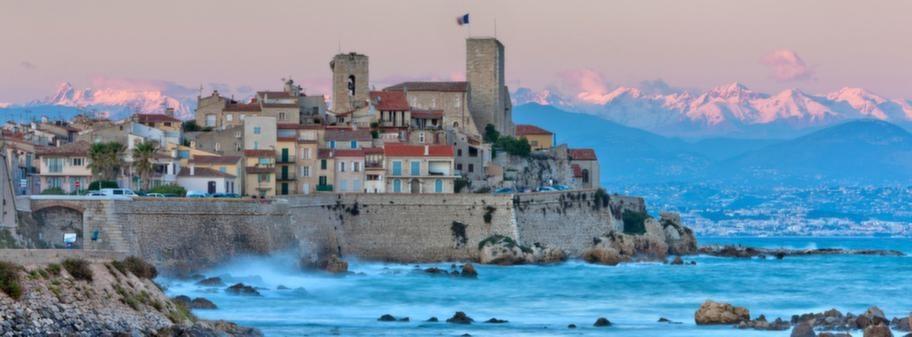 På rivieran. Antibes på Franska Rivieran är långt mer än bara en badort. 24 timmar här blir ett väldigt roligt dygn.