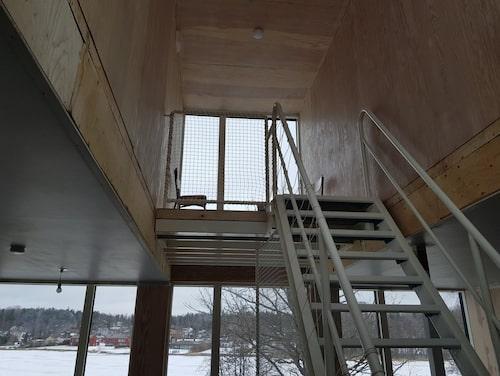 Rummet på taket är främst gjort för att ge mer ljusinsläpp, här uppe funderar familjen på att ha en stjärnkikare.
