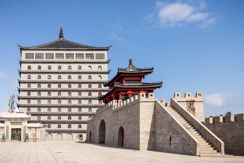 Runt 200 kopior av den kinesiska terrakottaarmén finns att beskåda i museet vid Dragon Gate.