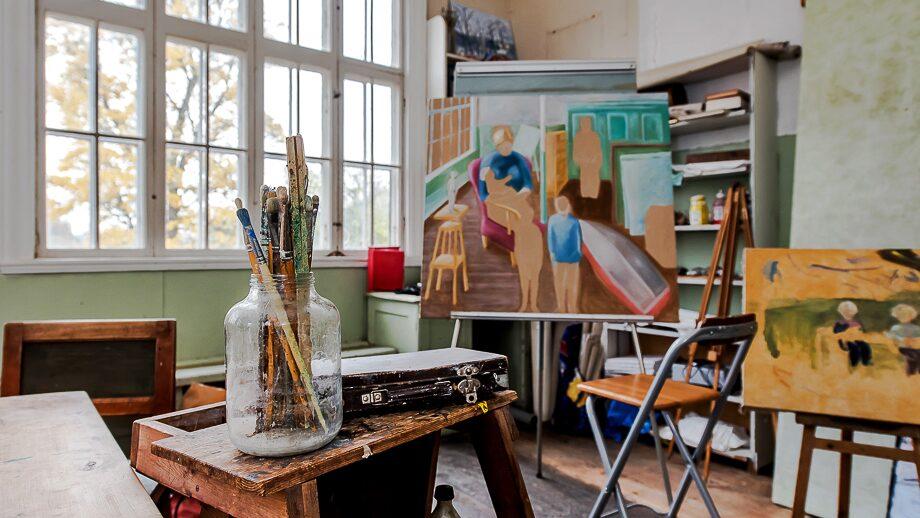 De stora och vackra fönstren ger fint ljus och har varit perfekt för att måla tavlor.