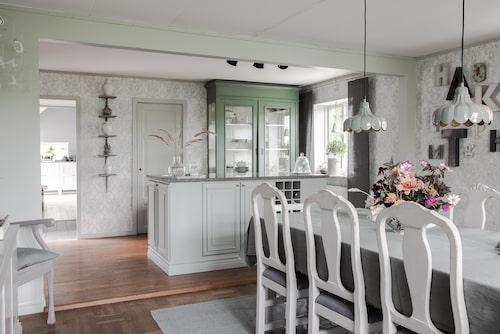 Den grå färgen får dominera i flera av husets rum, bland annat kök och matrum. Tapet, Tistel, Boråstapeter. Lampor, Ellos. Matrumsmöblemanget är arvegods.
