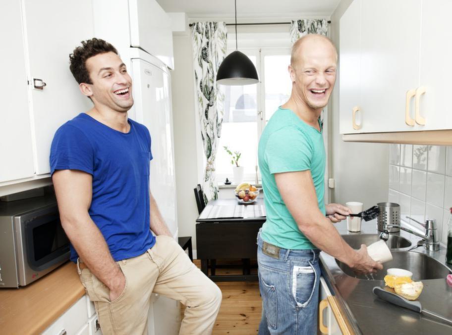 """Allt blir så mycket roligare när man är två, till och med att diska: """"men egentligen är det mest Tomasz som diskar"""", erkänner Tobias med ett garv."""