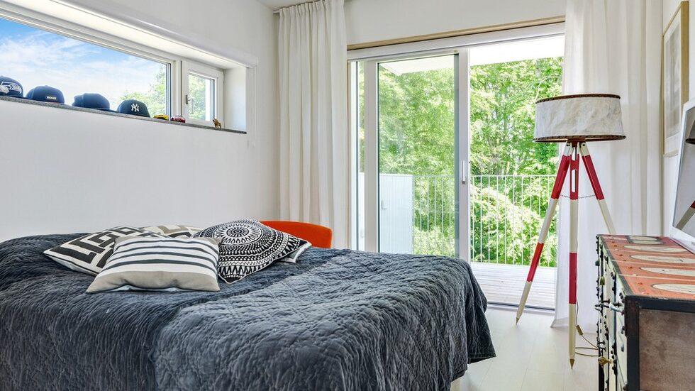 Ett av sovrummen har en härlig balkong som vetter ut mot parksidan.